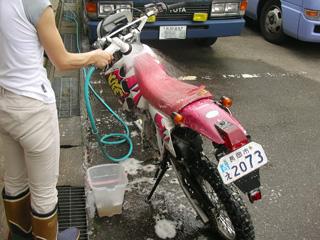 バイクを洗う