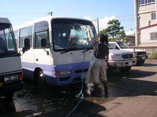 バスを洗うBOSS