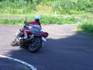 カーブでバイクを倒す