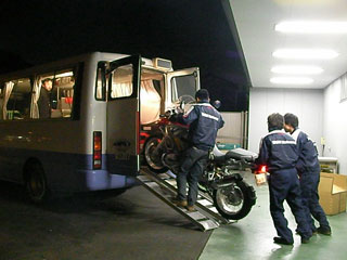 バスに運び込まれるGS