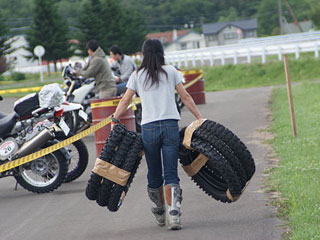 予備タイヤを運ぶ