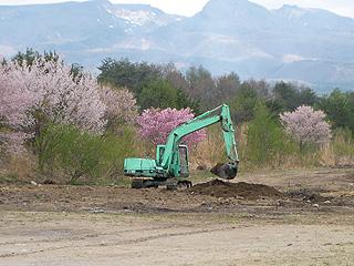 池の埋め立て作業